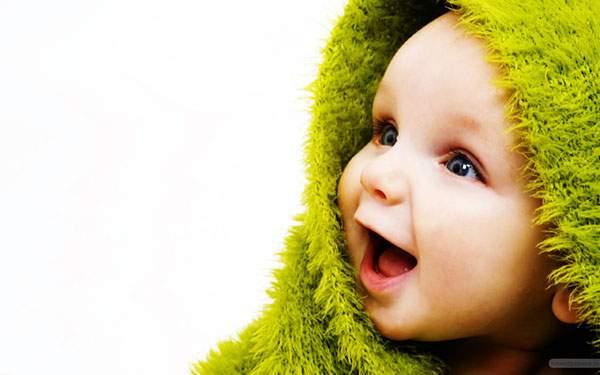 ふわふわのタオルを被って楽しそうな笑顔の赤ちゃんを撮影した可愛い写真壁紙画像