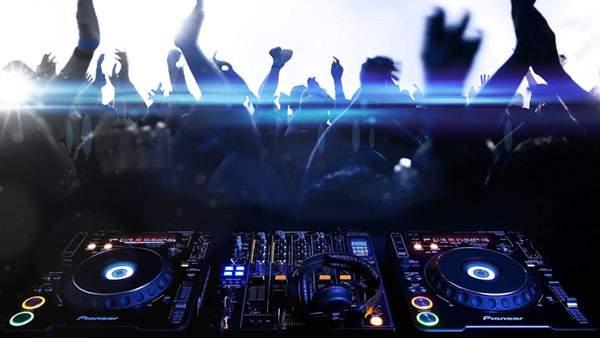 DJミキサーと熱狂するオーディエンスをデザインしたかっこいい写真壁紙画像