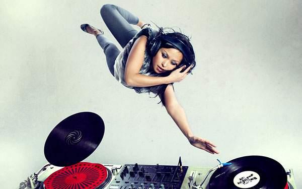 空中に浮かんでいく女性DJをデザインしたクールな写真壁紙画像