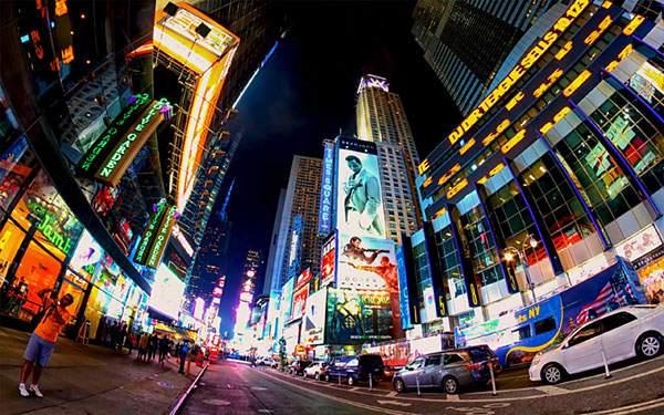 ニューヨークの夜の街並みを魚眼レンズで撮影した高画質な写真壁紙画像