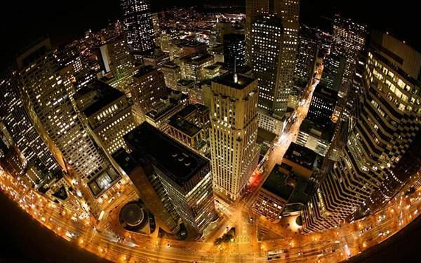 ビル街の夜景を魚眼レンズで撮影した美しい写真壁紙画像