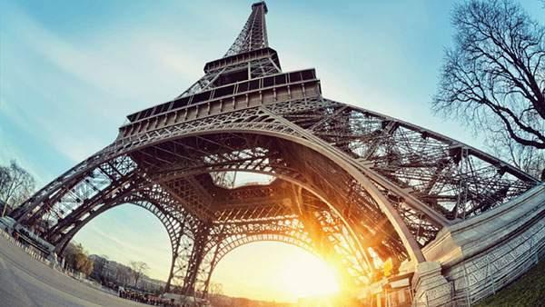パリのエッフェル塔を魚眼で下から見上げるアングルで撮影した迫力の写真壁紙画像