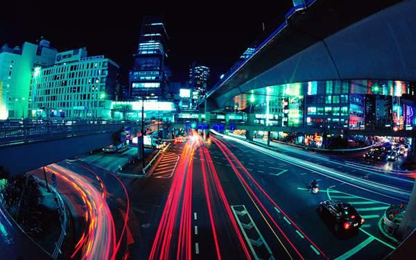 夜の街を行き交う車のライトを長時間露光で撮影したクールな写真壁紙画像