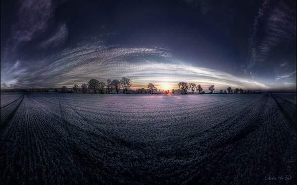 夕日の沈む草原を超広角で撮影した美しい写真壁紙画像