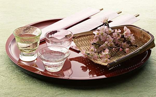 お盆に乗った桜と日本酒を撮影した写真壁紙画像