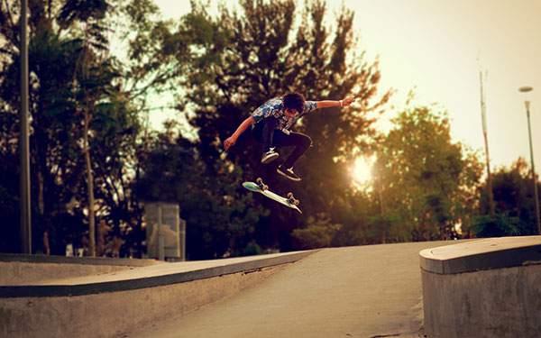 坂道で大きなジャンプをするスケーターを撮影したかっこいい写真壁紙画像