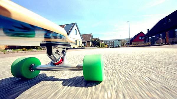 走るスケートボードをローアングルで撮影したスピード感のある写真壁紙