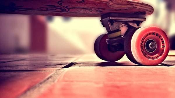 スケートボードを赤い色調で撮影したかっこいい写真壁紙画像
