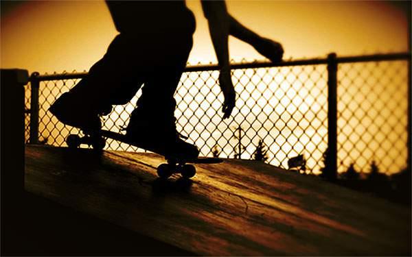 夕日の中のスケーターをシルエットで撮影したかっこいい写真壁紙画像
