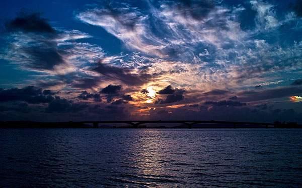 雲の間から見える日の出と空の色が綺麗な高画質写真壁紙