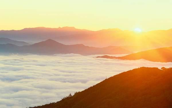 山脈の向こうから昇る日の出を撮影した美しい写真壁紙画像