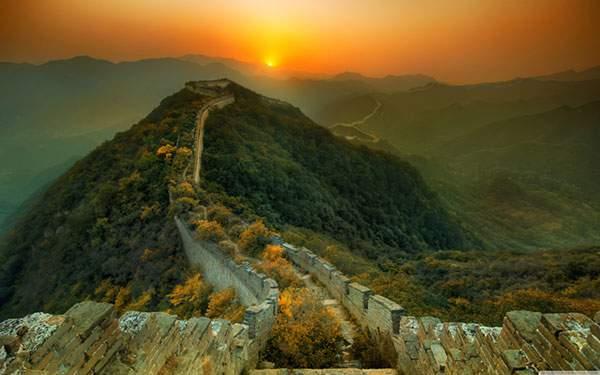 万里の長城の向こうに見える朝日の美しい写真壁紙画像