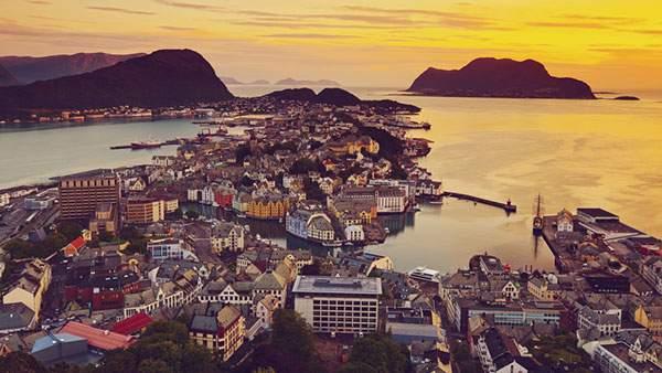 海沿いの港町を染める朝日の美しい写真壁紙画像
