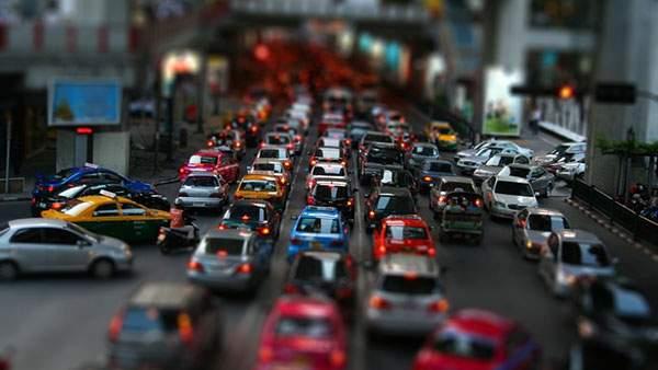 渋滞する道路をミニカーのように撮影したティルトシフト写真壁紙画像