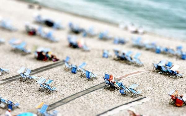 浜辺に並んだビーチチェアをミニチュア風に撮影した可愛い写真壁紙画像