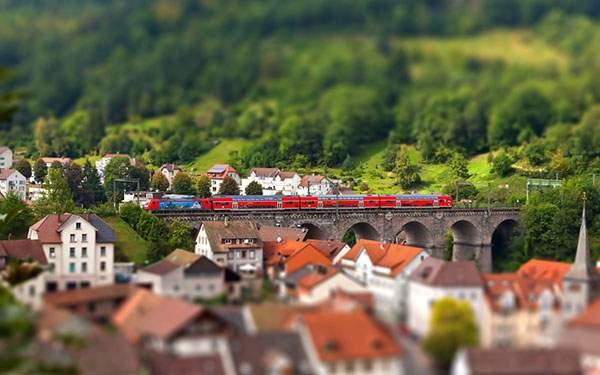 橋を渡る電車をミニチュア風に撮影した可愛いチルトシフト写真壁紙画像