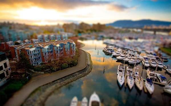 夕日の写りこんだ川とボートのある風景の美しいチルトシフト写真壁紙画像