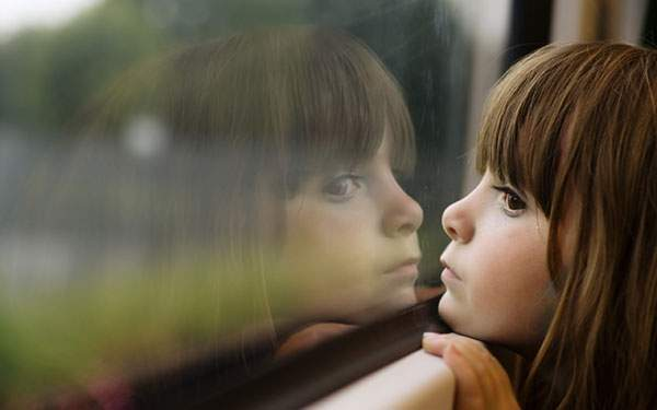 窓に映った少女の顔をアップで撮影した可愛い写真壁紙画像