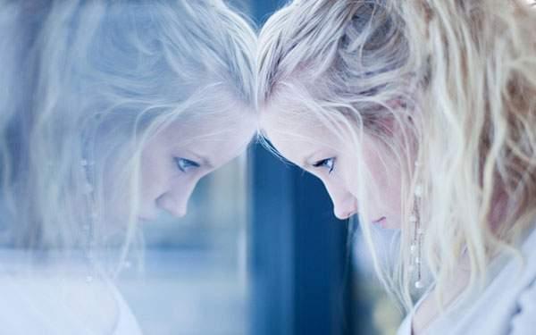 窓におでこをつけた合わせ鏡のように映った少女の美しい写真壁紙画像