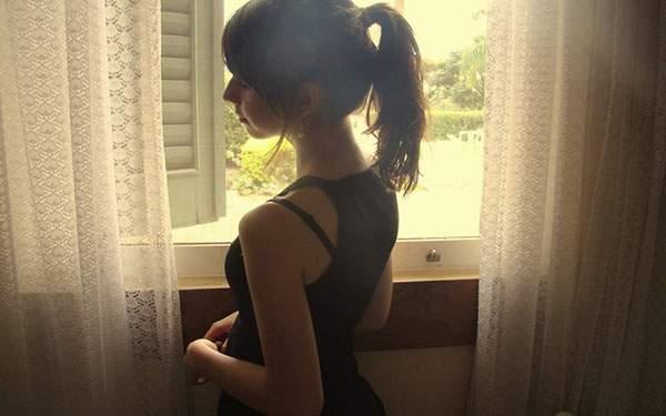 窓からの柔らかい光を受けた女性の後ろ姿の綺麗な写真壁紙画像