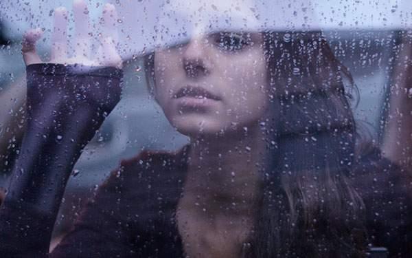 雨粒のついた窓越しに女性を撮影した美しい写真壁紙画像