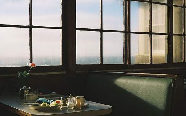 カフェの窓際の席を撮影した綺麗な写真壁紙画像