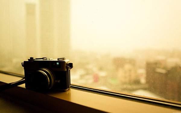 窓際に置いたカメラを撮影したオシャレな写真壁紙画像