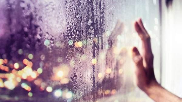 雨の日の窓に置いた手を写したカラフルなボケが綺麗な写真壁紙画像
