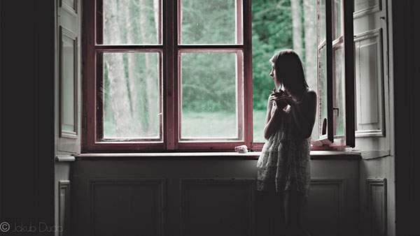 窓際の立った女性を逆光で撮影したオシャレな写真壁紙画像