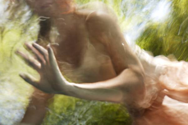「水」の美しさに魅了された写真家が映し出す、幻想的な水中ポートレート作品 - 01