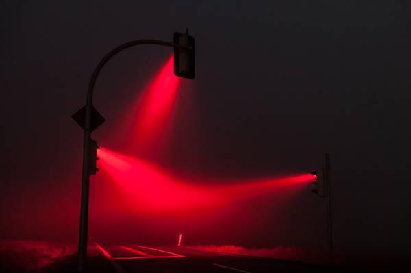 霧の中の信号を長時間露光で撮影した写真作品 - 01