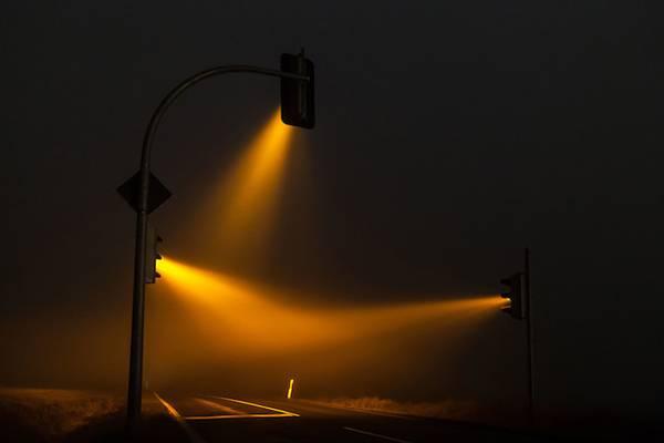霧の中の信号を長時間露光で撮影した写真作品 - 02