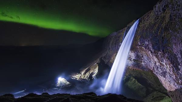 滝とオーロラを撮影した迫力の写真壁紙画像