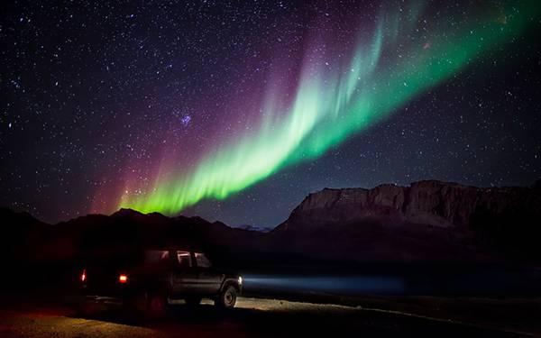 星空とオーロラと車を撮影したかっこいい写真壁紙画像