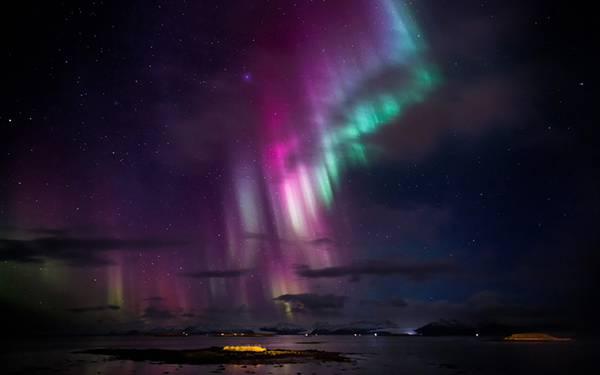 紫と緑の2色のオーロラを撮影した綺麗な写真壁紙画像