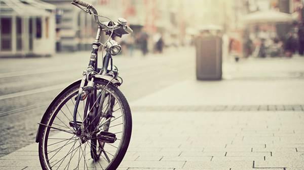 街に止められたクラシックな雰囲気の自転車を撮影したオシャレな写真壁紙画像