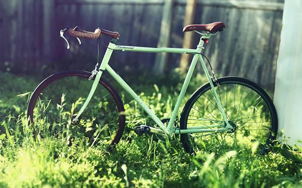 庭に止められたグリーンの自転車を撮影したレトロな写真壁紙画像