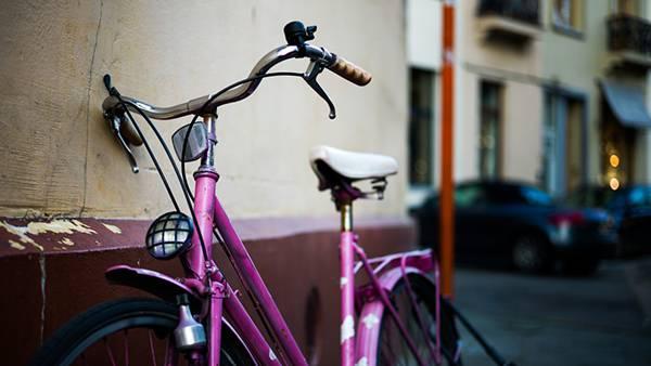 壁際に止めた紫色の自転車のおしゃれな写真壁紙画像