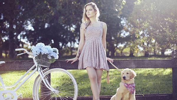 カゴいっぱいに花を入れた自転車と犬を連れた女性の綺麗な写真壁紙画像