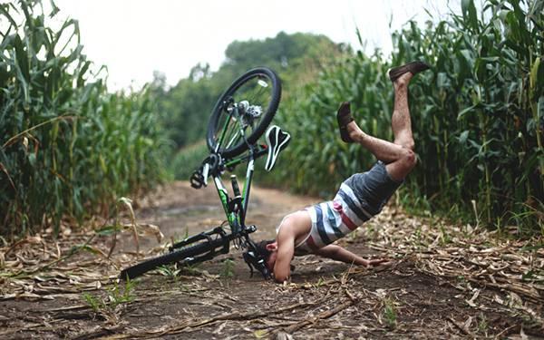 自転車で盛大に転ぶ男性を撮影した写真壁紙画像