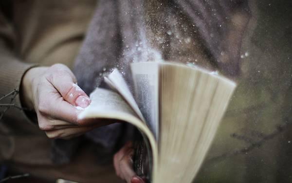 01.パラパラと本をめくる手元をアップで撮影した綺麗な写真壁紙画像