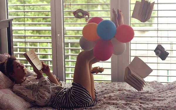 07.部屋のベッドで読書をする女性を撮影した可愛い写真壁紙画像