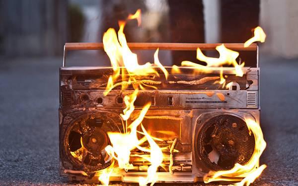 05.炎を上げて燃えるラジカセを撮影した写真壁紙画像