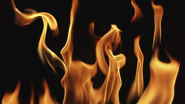 09.燃え盛る炎をアップで撮影したシンプルな写真壁紙画像