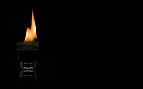 12.グラスの上の炎を黒背景で撮影したシンプルな写真壁紙画像