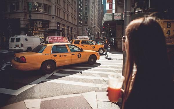 ニューヨークを走るタクシーのある風景を撮影した写真壁紙画像