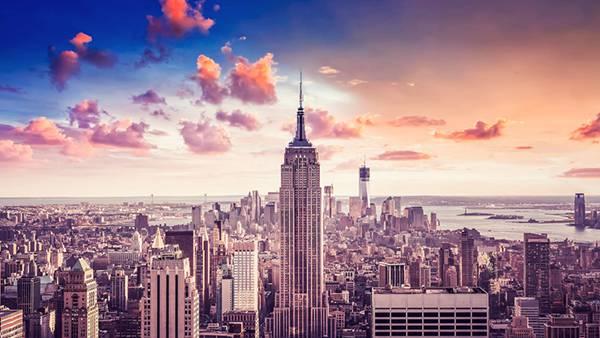 夕日に染まったエンパイア・ステート・ビルの美しい写真壁紙画像