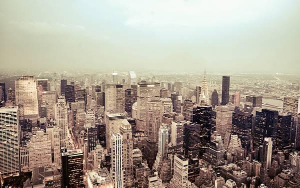 ニューヨークのビル群を淡い色合いで撮影したおしゃれな写真壁紙画像
