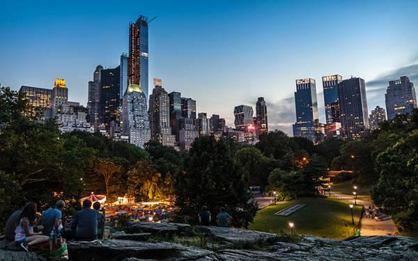 ニューヨークのビル街の隣りの公園を撮影した写真壁紙画像