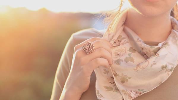 バラの指輪をした女性の手元を撮影した綺麗な写真壁紙画像